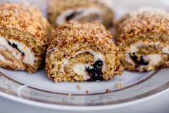 Op een plaat ligt een smakelijk die koekje in stukken wordt gesneden, dessert_ Stock Foto's