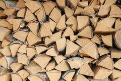 Op een rij gelegd berkbrandhout stock fotografie