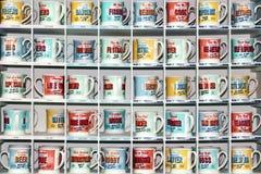 Op een rij gestapelde koffiemokken Royalty-vrije Stock Afbeeldingen