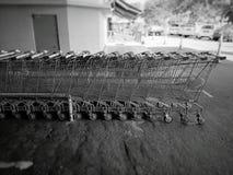 Op een rij opgestelde boodschappenwagentjes Stock Foto