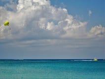 Op een strand in Kaaimaneiland Stock Foto