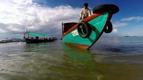 Op een vissersboot aan Konijneiland, vist Kambodja die vlieg zien en mooi turkoois water stock video