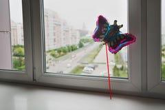 Op een wit is de vensterbank alleen een ballon op een stok in de vorm van een vlinder Royalty-vrije Stock Afbeelding