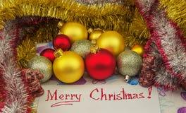 Op een wit die blad van document met Kerstmisgroeten wordt geschreven Royalty-vrije Stock Afbeeldingen