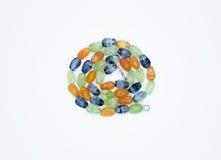 Op een wit ligt de achtergrond een halsband op de hals met een blauwe gem Royalty-vrije Stock Fotografie