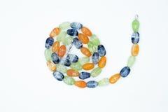 Op een wit ligt de achtergrond een halsband op de hals met een blauwe gem Stock Foto