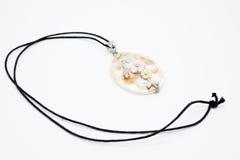 Op een wit ligt de achtergrond een halsband op de hals met een geme Royalty-vrije Stock Foto's