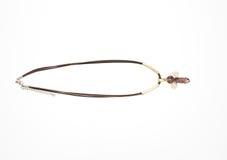 Op een wit ligt de achtergrond een halsband op de hals met een geme Stock Foto