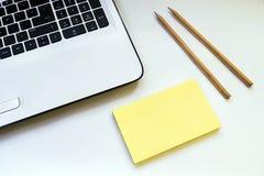Op een wit lijstnotitieboekje twee potloden Royalty-vrije Stock Afbeelding