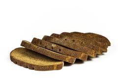 Op een witte achtergrond zijn er verscheidene stukken van roggebrood Royalty-vrije Stock Foto's