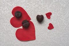 Op een witte patroon rode harten en chocolade Stillevenliefde Stilleven tegen de dag van heilig Valentine stock foto