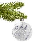 2017 op een zilveren Kerstmisbal die die van een tak hangen op wit wordt geïsoleerd Royalty-vrije Stock Afbeeldingen