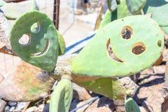 Op een zonnige dag het glimlachen smiley van cactus stock foto's