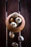 Op eieren van een de houten lijst rassypapy kwartel Royalty-vrije Stock Fotografie
