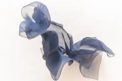 Op grijze donkerblauwe stof als achtergrond tijdens de vlucht, textuur Stock Foto