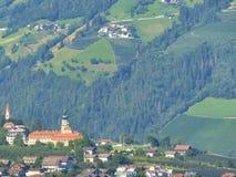 Op hellingen van bergen mooie wijngaarden rond het geheimzinnige slot Noordelijk Italië Merano Royalty-vrije Stock Foto's