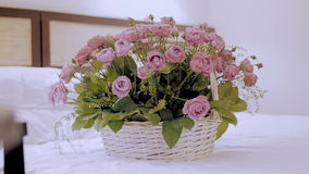 Op het bed een mand van bloemen stock videobeelden