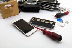 Op het bureau Het voorbereidingen treffen om het mobiele telefoonscherm te veranderen Het mobiele telefoonscherm is beschadigd Royalty-vrije Stock Afbeelding
