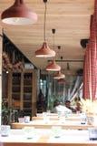 Op het de zomerterras van de restaurantlampen op een rij Stock Afbeelding