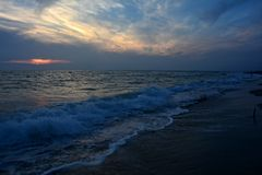 Op het donkere strand na de zonsondergang Royalty-vrije Stock Foto
