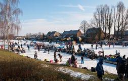 Op het ijs in een Nederlands dorp. Royalty-vrije Stock Afbeeldingen