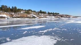 Op het ijs van de Golf van Finland, zonnige februari-dag De omgeving van Hanko, Finland stock footage