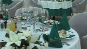 Op het restaurant` s open terras in een Bulgaars vijfsterrenhotel in het toevluchtdorp van Kranevo stock videobeelden