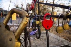 Op het rode slot in de vorm van een hartinschrijving Stock Foto's