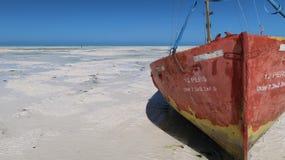 Op het sluiten van vastgelopen boot bij Jambiani-strand in Zanzibar, Tanzania royalty-vrije stock fotografie