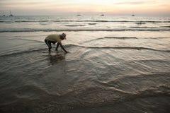 Op het strand de plaatselijke bewoners Stock Afbeelding