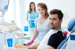 Op het tandarts` s kantoor royalty-vrije stock afbeelding