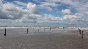 Op het verbazende Lakolk-strand na zware regen stock video