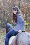 Op horseback in het bos Royalty-vrije Stock Foto's