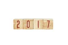 2017 op houten die kubussen op witte achtergrond worden geïsoleerd Stock Fotografie