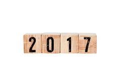 2017 op houten die kubussen op witte achtergrond worden geïsoleerd Royalty-vrije Stock Foto