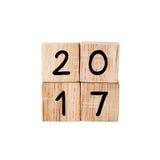 2017 op houten die kubussen op witte achtergrond worden geïsoleerd Royalty-vrije Stock Afbeeldingen