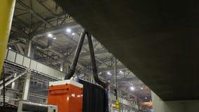 Op industriële fabriek stock footage