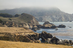 Op kust van Weg 1 met mening over brug Stock Fotografie