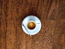Op mening van koffiekop op een houten achtergrond royalty-vrije stock afbeeldingen