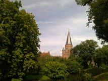 Op Mooie foto skåpbil het uitzicht een kerk midden i de bossen Royaltyfri Foto