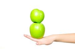 Op mooie hand een groene die appel twee, op witte achtergrond wordt geïsoleerd Stock Foto