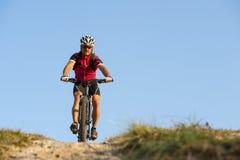 Op mountainway met fiets - mountainbiker om te dalen Royalty-vrije Stock Foto's