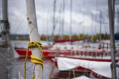 Op optuigenwond een zeil van een staysail, op een vastgelegd jacht op de kust stock foto