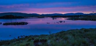 Op Rannoch leg bij zonsondergang vast Stock Afbeelding