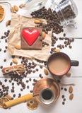 Op sikt av kaffeuppsättningen på dagen av St-valentin Arkivfoto