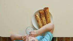 Op sikt: mjölkar lyckliga drinkar för en unge och matningar på dillanderör arkivfilmer