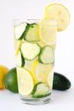 Op smaak gebracht komkommer en citroenwater Stock Afbeeldingen