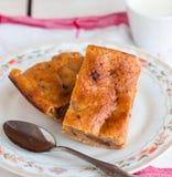Op smaak gebrachte puddingscake met abrikozenjam en oranje schil royalty-vrije stock afbeeldingen