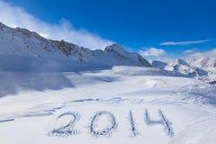2014 op sneeuw bij bergen Stock Foto