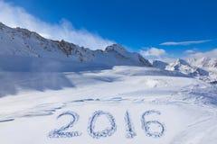 2016 op sneeuw bij bergen Stock Foto's